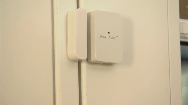 iSmartAlarm Contact Sensor zamontowany na drzwiach