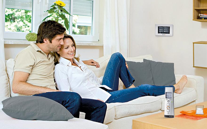 Panel LCD MultiTec Touch elegancki i prosty w obsłudze do sterowania roletami w domu