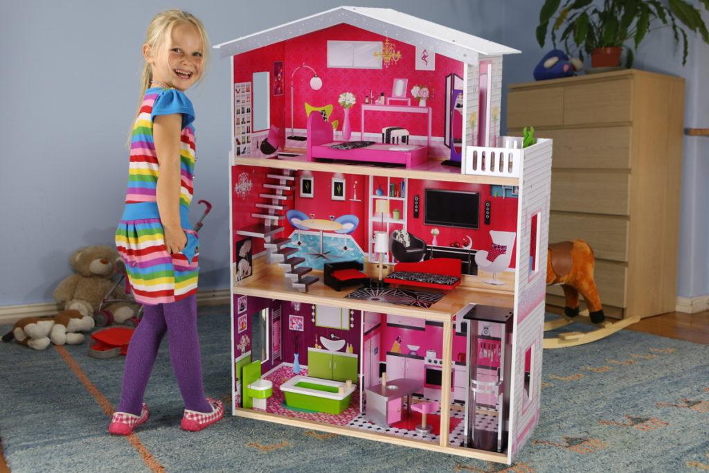 Dziewczynka z drewnianą rezydencją Malibu z windą ECOTOYS 4118