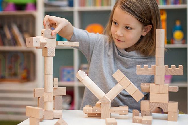 Godziny zabawy i uśmiechu z drewnianymi klockami Kooglo Basic Natural