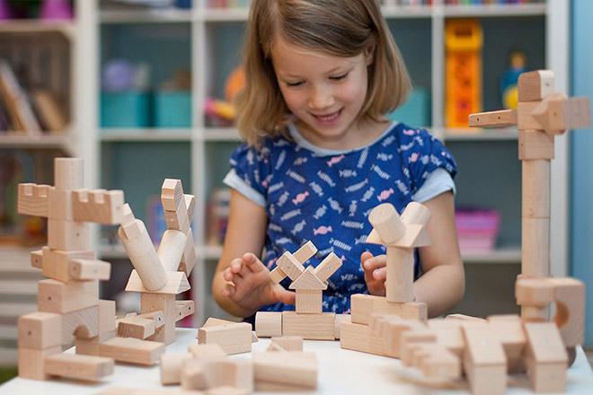 Kreatywna zabawa drewnianymi klockami magnetycznymi Kooglo natural