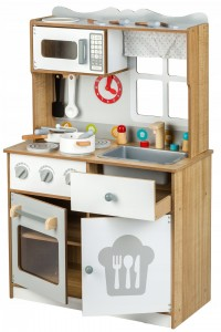 Sprzęt w drewnianej kuchni młodego kucharza
