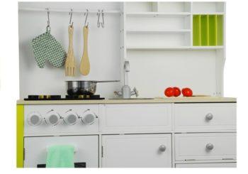 Akcesoria kuchenne w drewnianej kuchni dla dzieci