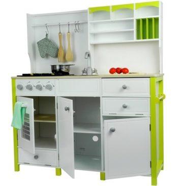 Otwierane szafki w drewnianej kuchni dla dzieci